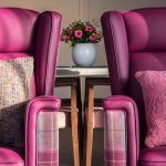 Referentie interieur roze woonkamer ouderenzorg nieuwbouw verpleeghuis Carinova locatie Sint Jozef